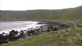 Wellen, die auf dem felsigen Irenufer einhüllen stock footage