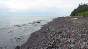 Wellen, die auf dem Nordufer des Oberen Sees zusammenstoßen stock video footage
