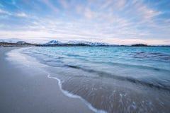 Wellen, die auf dem Strand abbrechen Stockbild