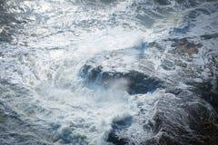 Wellen, die auf dem Ufer abbrechen lizenzfreies stockbild