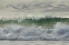 Wellen, die auf dem Ufer brechen. Stockfotos