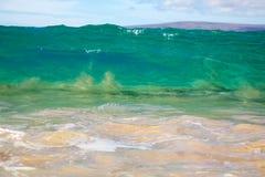 Wellen, die auf dem Ufer des großen Strandes brechen Lizenzfreie Stockfotos