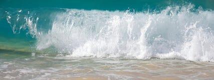 Wellen, die auf dem Ufer des großen Strandes brechen Stockfotos