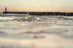Wellen, die auf dem Wellenbrecher zusammenstoßen Stockbild