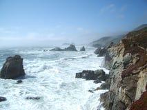 Wellen, die auf den Felsen abbrechen Lizenzfreie Stockfotografie