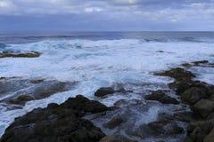 Wellen, die auf den Felsen abbrechen Stockfoto