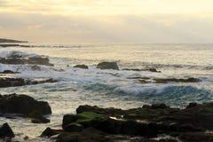 Wellen, die auf den Felsen abbrechen Stockbilder
