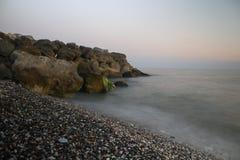 Wellen, die auf den Felsen abbrechen lizenzfreie stockfotos