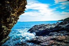 Wellen, die auf den Felsen brechen lizenzfreie stockfotografie