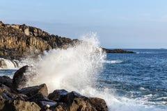 Wellen, die auf den Felsen brechen Lizenzfreie Stockbilder