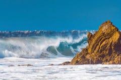 Wellen, die auf den Felsen brechen Stockfoto