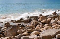 Wellen, die auf den Felsen spritzen Stockbild