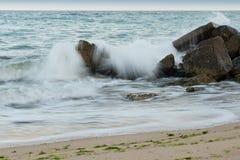Wellen, die auf den Steinen zerquetschen stockbilder