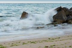 Wellen, die auf den Steinen zerquetschen stockfotografie