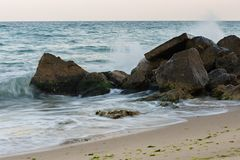 Wellen, die auf den Steinen zerquetschen stockfoto