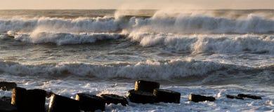 Wellen, die auf der Anlegestelle abbrechen stockbild