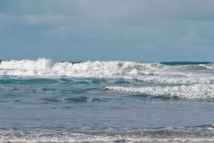 Wellen, die auf der Küste von Bretagne zerquetschen lizenzfreies stockbild