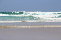 Wellen, die auf der Küste von Bretagne zerquetschen stockbilder
