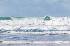 Wellen, die auf der Küste von Bretagne zerquetschen stockfoto