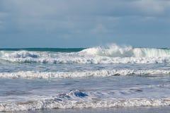 Wellen, die auf der Küste von Bretagne zerquetschen lizenzfreie stockbilder