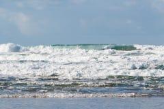Wellen, die auf der Küste von Bretagne zerquetschen lizenzfreies stockfoto