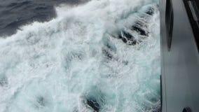 Wellen, die auf der Seite des Schiffs spritzen stock video footage