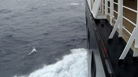 Wellen, die auf der Seite des Schiffs spritzen stock footage
