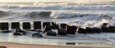 Wellen, die auf einem Anlegestelle fromm Hurrikan hermine chrashing sind lizenzfreie stockbilder