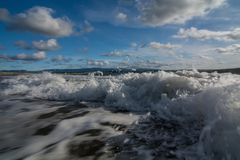 Wellen, die auf einem leeren Strand in Neufundland zusammenstoßen stockbild