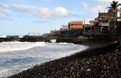 Wellen, die auf einem steinigen Strand zusammenstoßen Lizenzfreie Stockbilder
