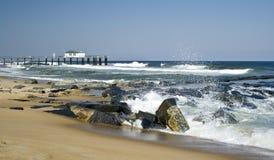 Wellen, die auf einem Strand abbrechen Lizenzfreie Stockbilder