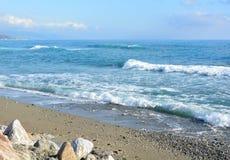 Wellen, die auf einem Strand zusammenstoßen lizenzfreie stockfotografie