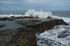 Wellen, die auf einer Felszunge in Bali, Indonesien zusammenstoßen lizenzfreies stockfoto