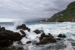 Wellen, die auf Felsen brechen Stockbild