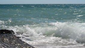 Wellen, die auf Felsen brechen