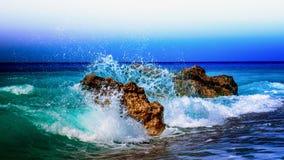 Wellen, die auf Felsen zerquetschen Stockfotografie