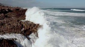 Wellen, die auf felsige Küstenlinie brechen stock video footage