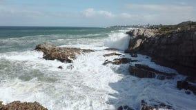 Wellen, die auf felsige Küstenlinie brechen stock footage