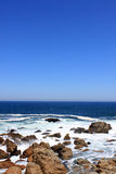 Wellen, die auf felsiger Küste brechen Stockfotos