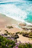 Wellen, die auf felsiges Ufer rollen Stockfotografie