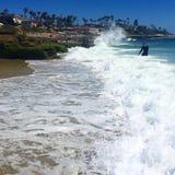 Wellen, die auf große Felsen spritzen Stockfotos