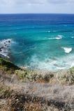 Wellen, die auf Klippe 33 abbrechen Stockbilder