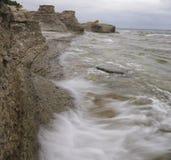 Wellen, die auf Klippen abbrechen Lizenzfreie Stockfotografie