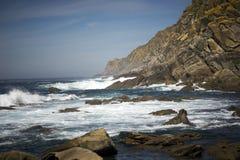 Wellen, die auf Klippen brechen Lizenzfreies Stockbild