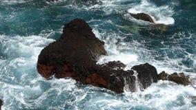 Wellen, die auf Lavafelsen zusammenstoßen Geschossen auf Kennzeichen II Canons 5D mit Hauptl Linsen stock video footage