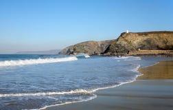 Wellen, die auf Portreath Strand brechen Lizenzfreie Stockfotografie