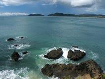 Wellen, die auf riesigen Felsen brechen Stockbild
