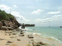 Wellen, die auf riesigen Felsen brechen stockfotos