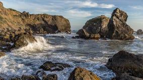 Wellen, die auf Rocky Coast zusammenstoßen Lizenzfreie Stockfotos
