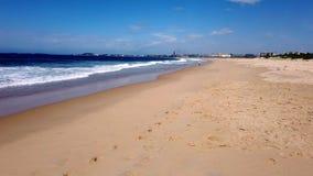 Wellen, die auf Strand des Pazifischen Ozeans, Australien sich waschen stock video